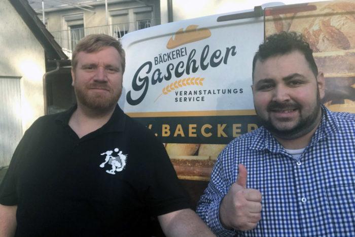 Matthias Höll (links) bei der symbolischen Spendenübergabe von Bäckermeister Stefan Gaschler (rechts